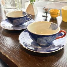 月桃葉紋シリーズ<br />スープマグ <br />各7,260円(朱・青)<br />染付の大胆な絵付けはシンプルでオシャレです。<br />お皿だけでもいろんな用途で活躍します。