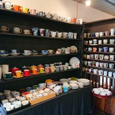 これもかわいい。磁器だったり土物だったりマグカップやコーヒー碗がいっぱい!