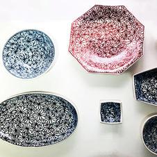 「-KIEMON- 喜衛ェ門-」染付や赤絵で仕上げたシリーズ。<br />やわらかで飽きのこないデザインが、優しく華やかに食卓を彩ります。