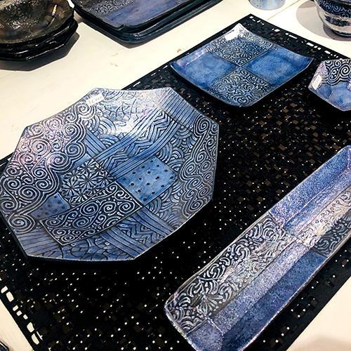 「-SHOJI KOBO- 祥爾工房」シリーズ。美しいブルーの釉薬に煌めくラスター彩がエキゾチックな雰囲気を醸し出します。