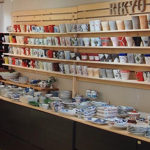 ギャラリー店内は明るい雰囲気で、ここでしか手に入らない商品を多数展示販売しております。