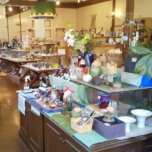 有田焼の伝統工芸士の作品コーナーや多くの陶芸作家の商品を取り扱っています。