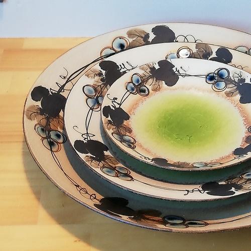 ぶどうの輪<br />磁器と陶器を組み合わせた半磁器。有田焼の染付技法を使いながらも、窯変など陶器の表現も意欲的に取り入れたうつわ。