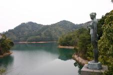 彫刻家古賀忠雄制作の乙女のブロンズ像。