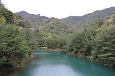 佐賀ゆかりの詩人・山本太郎氏によって「秘色の湖(ひそくのうみ)」と名付けられた、深い青磁の色をしたダム。