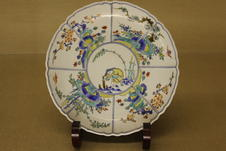 Plate with pine, bamboo and plum pattern with colourful overglaze enamels (early Edo period)
