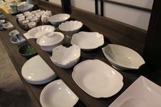 変形皿もすべてロクロで成形しています。