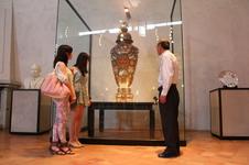 ほぼ百年に渡り、門外不出として本店参考館に所蔵されていた1900年パリ万国博覧会金賞受賞大花瓶。<br />チャイナ・オン・ザ・パーク20周年を機に忠次舘にて一般公開されています。