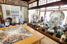 テーブル、額皿、掛け軸、花瓶、衝立など、華やかな有田焼の美術品を展示した1億円の間。