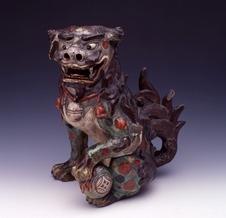 陶彫赤絵の狛犬<br />(有田陶磁美術館所蔵)<br />以前は有田町泉山・弁財天社に奉納されていたもので、当時は一対であったが現在は一体のみ現存する。像高39cmで、姿態は左足でクス玉をおさえ、腰を据え、口をあけて獅子吼している。延宝年間(1573~1681)の制作と推定されている。県重要文化財(工芸品)。
