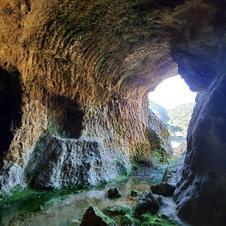 磁石場採掘跡の大きさは、南北約400m×東西約250mです。<br />採掘坑には、ツルハシの跡が残り、人力で採掘していたことが分かります。