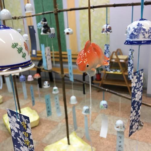 夏に開催される「有田ふうりん展」では、有田町内の窯元や商社の風鈴をご覧いただけます。<br />形や絵柄の違いはもちろん、音もそれぞれ異なりますので、お気に入りのものを探してみてはいかがでしょうか。