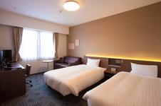 広々とした空間のツインルーム。120cm幅のセミダブルベッドに、全米ホテルシェアNo.1の「Serta(サータ)」のマットレスを使用しています。ソファーベッドを広げトリプルルームとしても利用可能です。