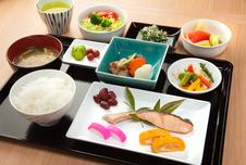 地元の食材を取り入れた朝ご飯。和洋からお選び頂けます。写真は和食イメージです。<br />※ご宿泊日によってはブッフェスタイルでのご提供となる場合がございます。