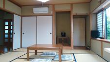 床の間、出窓、テレビがあります。施錠もできますので安心してお過ごしいただけます。