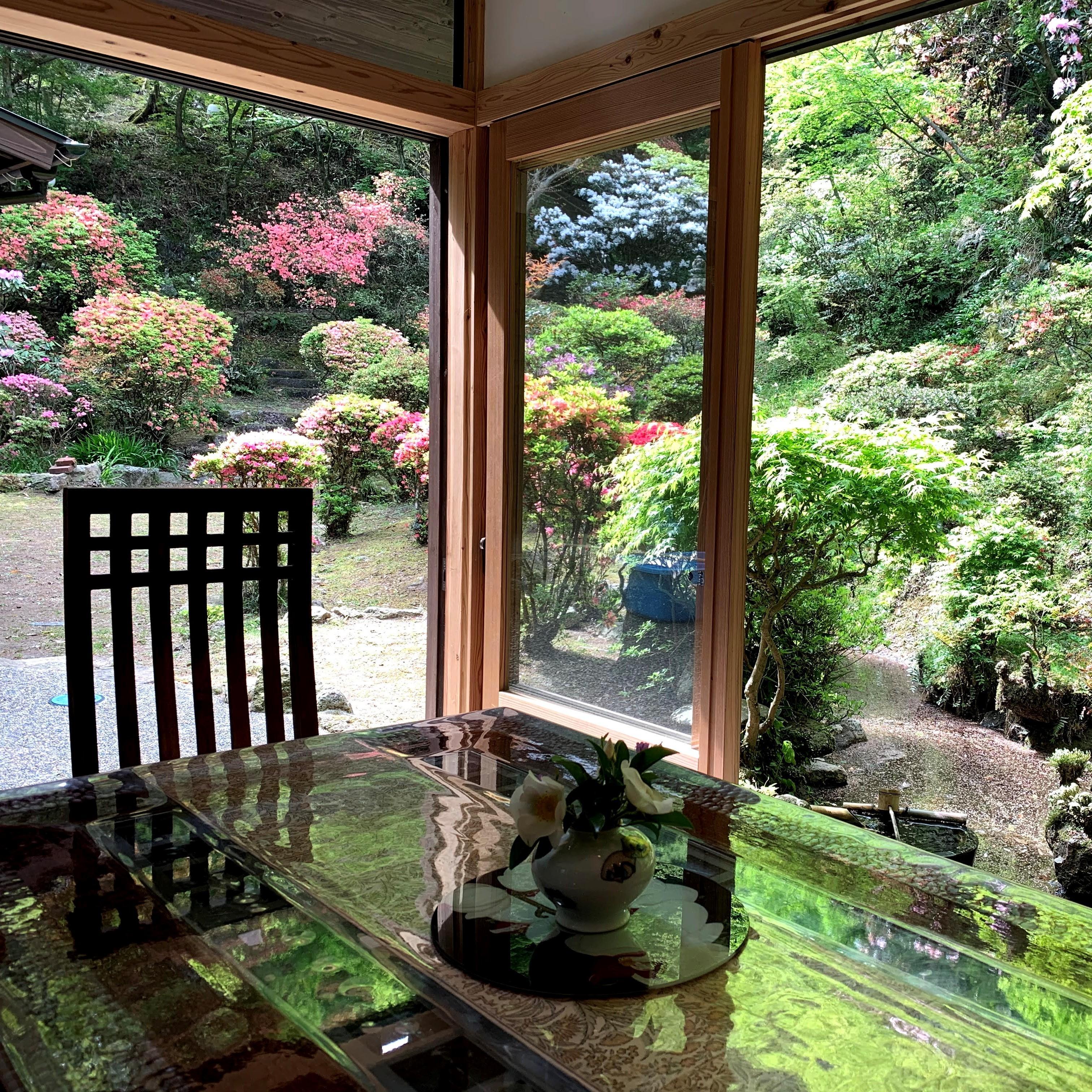 ダイニングキッチンからも池や庭園を楽しむことができます。