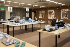 伊万里・有田焼伝統工芸士会会員の作品を常設展示・販売をしています。